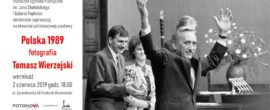 """zaproszenie na wernisaż wystawy fotografii Tomasza Wierzejskiego """"Polska 1989""""  w Ognisku"""